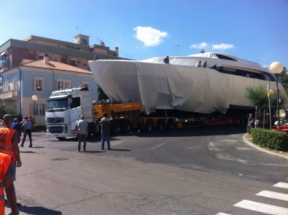 Passa lo yacht a Fano, traffico in tilt – VIDEO