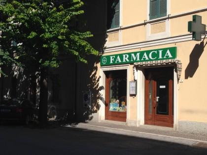 Rapina alla Farmacia Rinaldi: ladro chiude le dipendenti in bagno e scappa col bottino – VIDEO