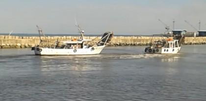 """Due barche incagliate nel porto, Carloni: """"Non possiamo aspettare la tragedia"""" – VIDEO"""