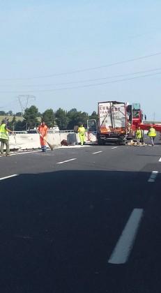 Camion sbanda in A14 e si schianta contro il new jersey. Traffico in tilt