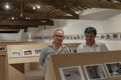 Il Sindaco Massimo Seri con Marcello Sparaventi visita le fotografie dei corsisti di Centrale Fotografia