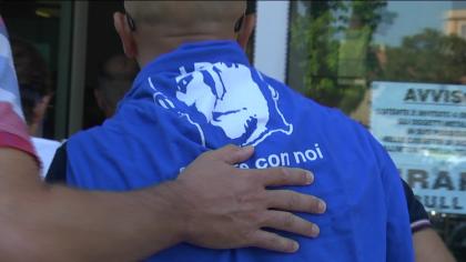Delitto Ferri, in aula i dipendenti indossano una t-shirt col 'suo volto' – FOTO