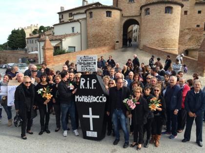 A Mombaroccio si è celebrato il funerale di un intero paese – VIDEO