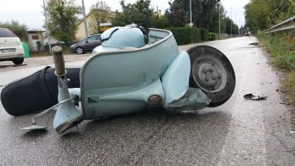 Scontro tra un'auto aziendale e una Vespa, ferita una persona – VIDEO