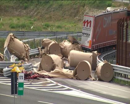 Camion disperde il carico di bobine di carta. Chiusa l'uscita a Fano dell' A14