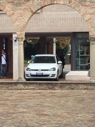 Auto si muove da sola e finisce contro una colonna dell'ex Chiostro S. Teresa