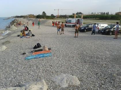 Malore in spiaggia. Soccorso dal 118