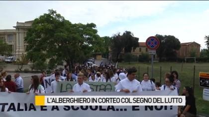 L'Alberghiero in corteo a Pesaro col segno del lutto – VIDEO