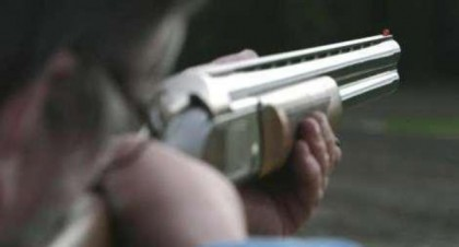 Tentano un furto di slot machine, il titolare spara col fucile