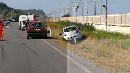 Scontro tra due auto, una finisce nel fosso. Ferita una ragazza