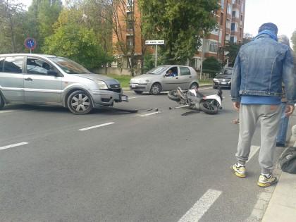 Scontro fra auto e scooter, ferito il centauro