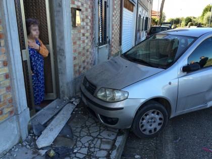 Auto perde il controllo, tragedia sfiorata a Bellocchi di Fano – VIDEO