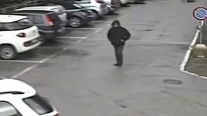 Scoperto l'uomo che tagliò le gomme a sei auto in sosta – VIDEO