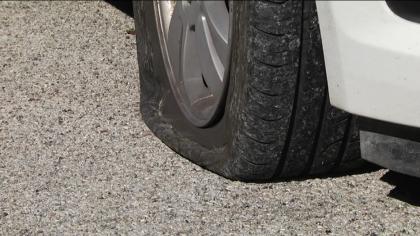 Bucate le gomme di sei auto nel parcheggio del palazzo di vetro – VIDEO – FOTO
