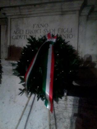 Casapound ricorda i caduti della Grande Guerra con una corona di alloro accanto al Monumento