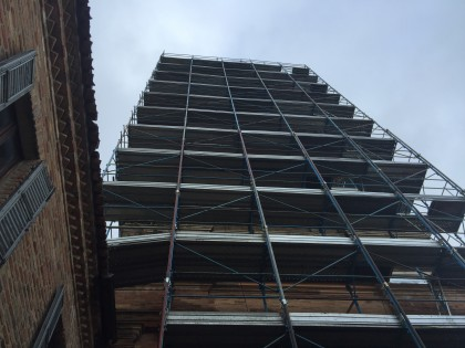 Pezzo di impalcatura si stacca dal campanile. Vento e neve nell'entroterra