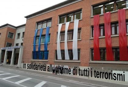 """Strage di Parigi, il """"Battisti"""" espone la bandiera francese: """"Solidarietà al popolo"""""""