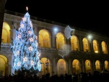 Terrorismo: Loreto, più vigilanza, via albero di Natale in piazza