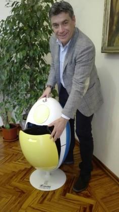 """Raccolta differenziata, un """"Ovetto"""" al sindaco Seri per i risultati ottenuti con sei anni di anticipo – VIDEO"""