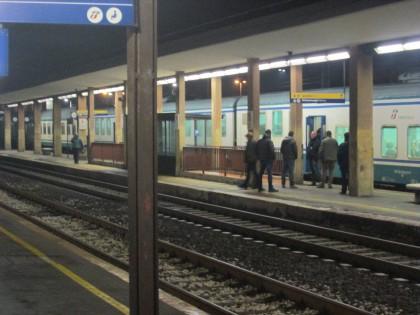 La polizia blocca un treno alla stazione di Fano a caccia di un uomo armato