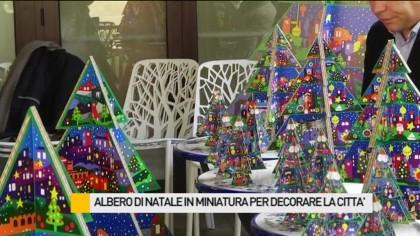 Alberi di natale in miniatura per decorare la città – VIDEO