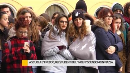 """A scuola è freddo, gli studenti del """"Nolfi"""" scendono in piazza – VIDEO"""