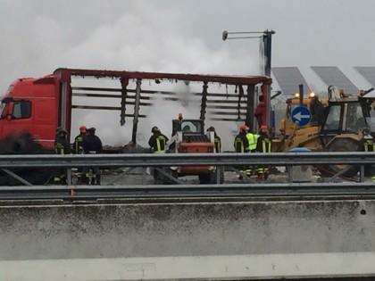 Camion in fiamme sull'A14, distrutti 60 quintali di farina