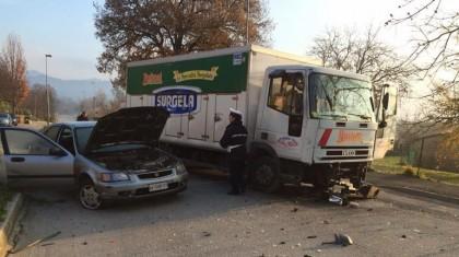 Scontro tra camion e auto a Fermignano, un ferito
