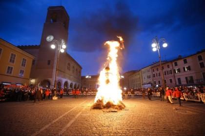 Il pupo in fiamme saluta il Carnevale 2016