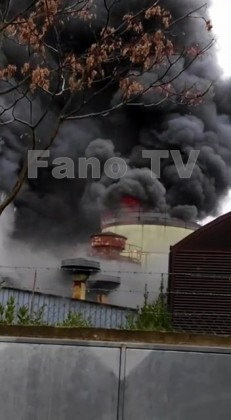 A fuoco un'azienda di verniciature, fiammata colpisce un operaio al volto – FOTO – VIDEO