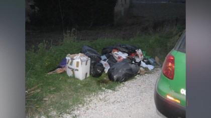 Abbandona rifiuti e trasloca, multato 40enne – VIDEO