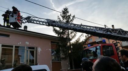 Paura a Fano, ragazza si lancia col paracadute e finisce sul tetto di una casa    – VIDEO
