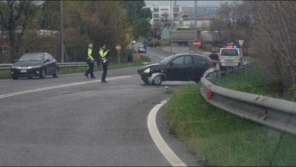 Perde il controllo dell'auto e finisce contro un guard rail, ferita conducente