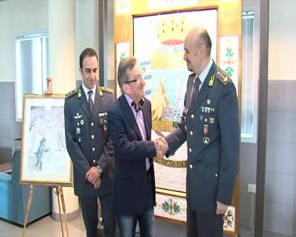 """L'artista fanese Carboni dona il dipinto """"San Matteo"""" alla Guardia di Finanza provinciale"""