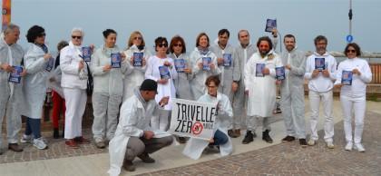 Trivelle, flash mob del comitato di Fano per il SI al referendum del 17 aprile