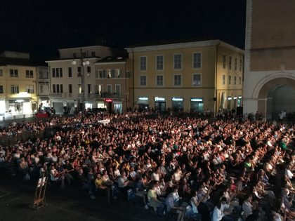 Fano, grande successo per De Gregori  Il cantautore romano strega piazza XX Settembre