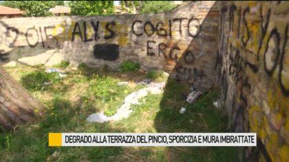 Degrado alla terrazza del Pincio, sporcizia e mura imbrattate – VIDEO