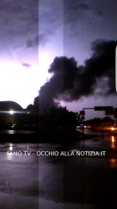 Incendio di vaste proporzioni alla Profilglass di Bellocchi a Fano (FOTO E VIDEO)
