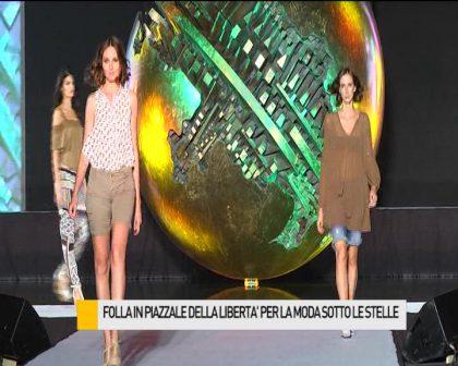 Folla in piazzale della Libertà per la moda sotto le stelle