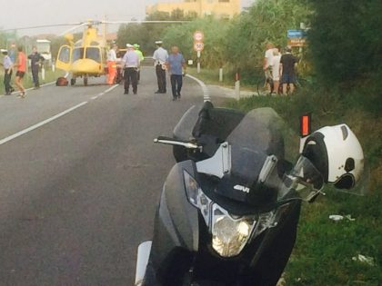 Investito da uno scooter mentre attraversa la Statale. E' grave (foto e video)