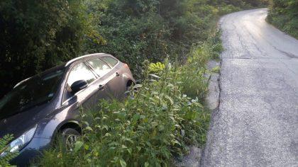 Auto finisce fuori strada su via della selva (foto)