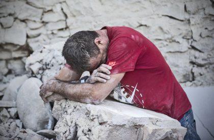 Terremoto, sale a 20 bilancio morti nelle Marche. Danni a facciata Duomo Urbino. Transenne a Pesaro
