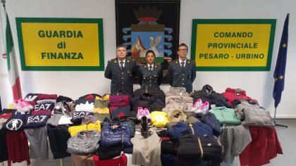 Pesaro, Fiera di San Nicola: le fiamme gialle sequestrano oltre 300 capi  contraffatti