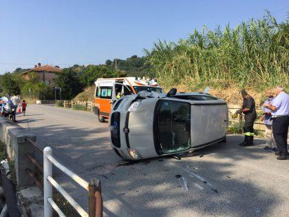 Scontro tra auto, una si ribalta in mezzo alla Flaminia a Rosciano di Fano – VIDEO
