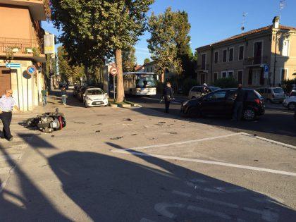 Scontro davanti alla Corridoni. Auto contro scooter