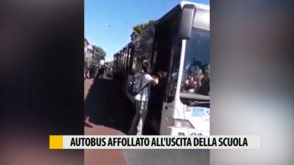 Autobus affollato all'uscita della scuola – VIDEO