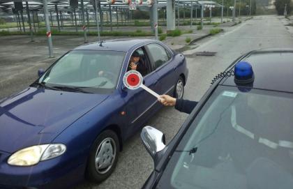 Finalmente ! Poliziotti sulle strade per multare chi guida col cellulare in mano