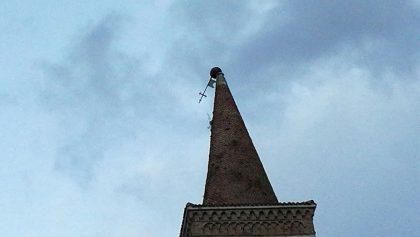 Raffiche fino a 100 km all'ora. A Urbino in bilico croce da 2 quintali (foto)