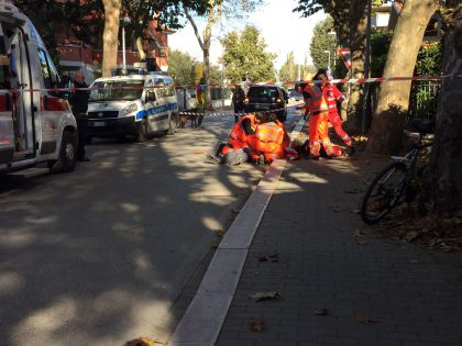Nonno va a prendere la nipotina a scuola, cade dalla bicicletta e muore