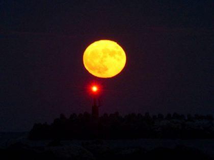 La Superluna vista dal porto di Fano